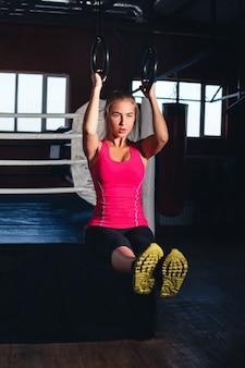 Женщина на гимнастических кольцах