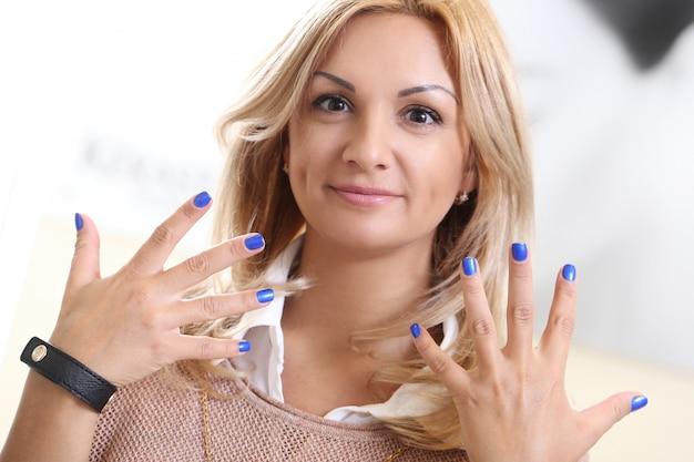 美容院での女性