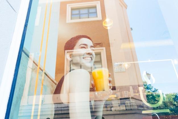 Женщина на каникулах в кафетерии