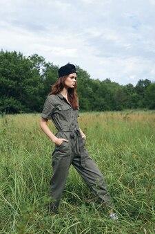 자연에 여자 검은 모자 나머지 주머니에 내 손으로 들판을 가로 질러 걸어