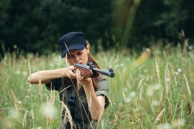 Женщина на природе оружие в руке охота