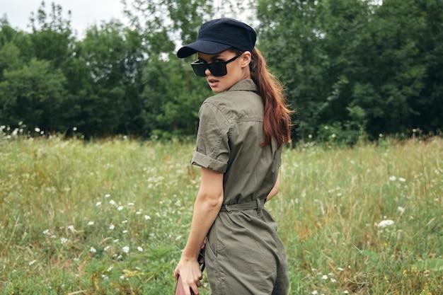 屋外グリーンジャンプスーツサングラスブラックキャップの女性