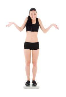 Женщина на весах над белой
