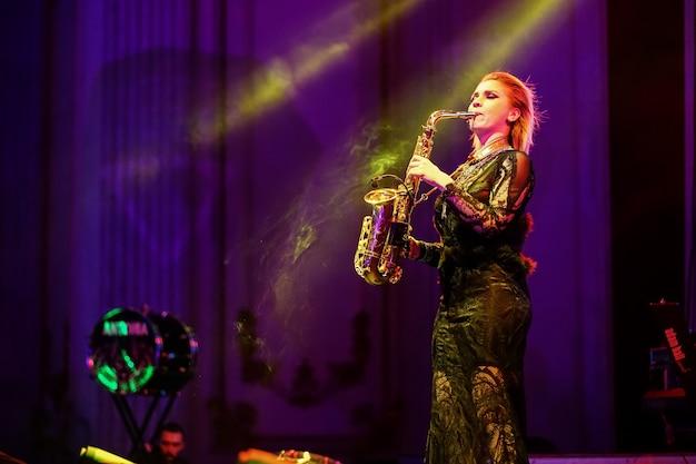 색소폰, 라이브 콘서트를 연주하는 무대에서 여자