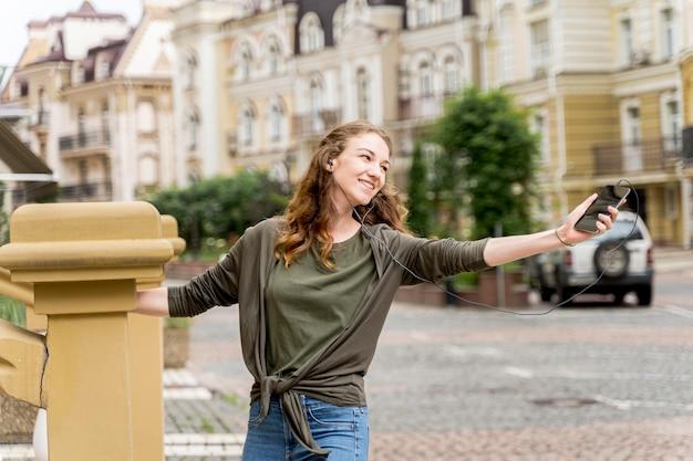 Женщина на улицах танцует