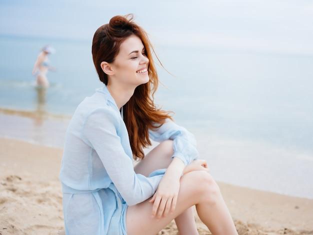 Женщина на пляже море свежий воздух пейзаж