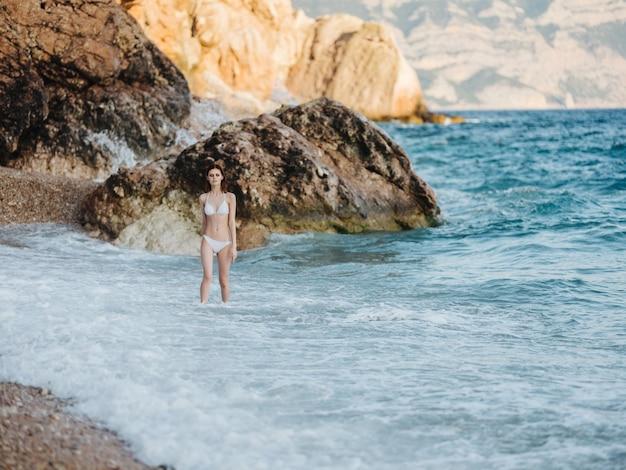 ビーチの女性はロッキー山脈の風景の自然を歩きます