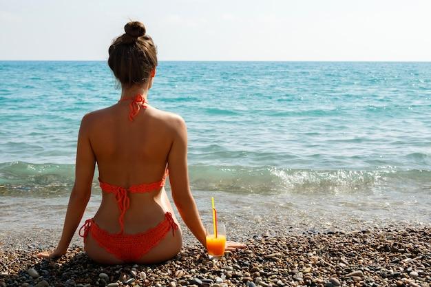 칵테일 한잔과 함께 해변에서 여자