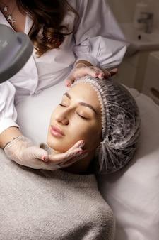 Женщина на диване на приеме косметолога
