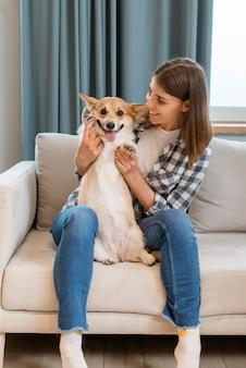 彼女の犬と一緒にソファの上の女性