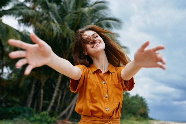島のヤシの木の女性は自由な楽しみを旅行します