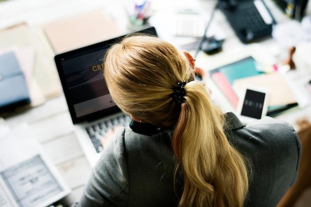 그녀의 책상에 전화에 여자