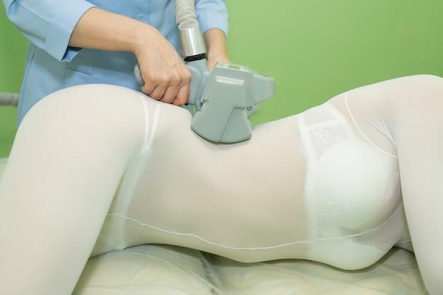 Женщина на процедуре антицеллюлитного массажа