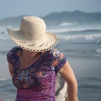 Женщина на берегу моря в коста-рике