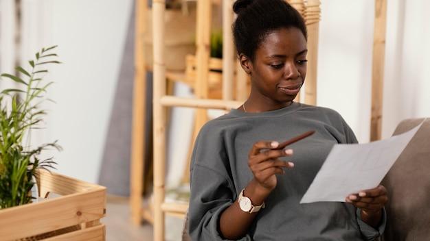 Женщина на диване составляет план ремонта дома