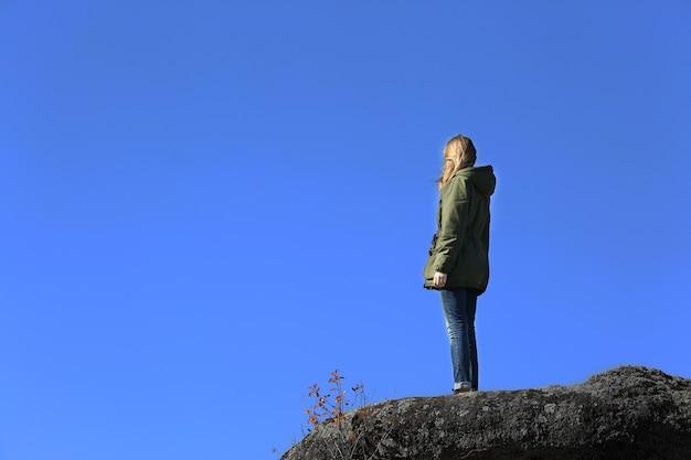 山の頂上にいる女性