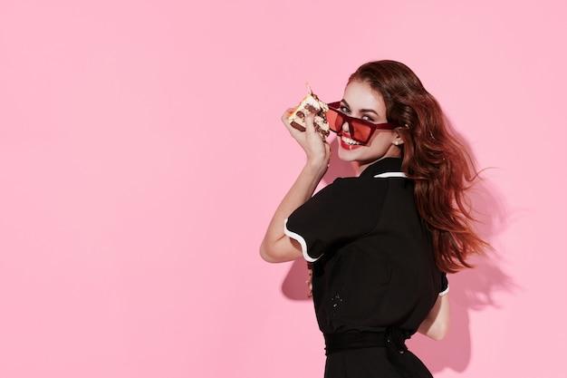 トレンディなメガネの女性モダンなスタイルのグラマーピンクの背景