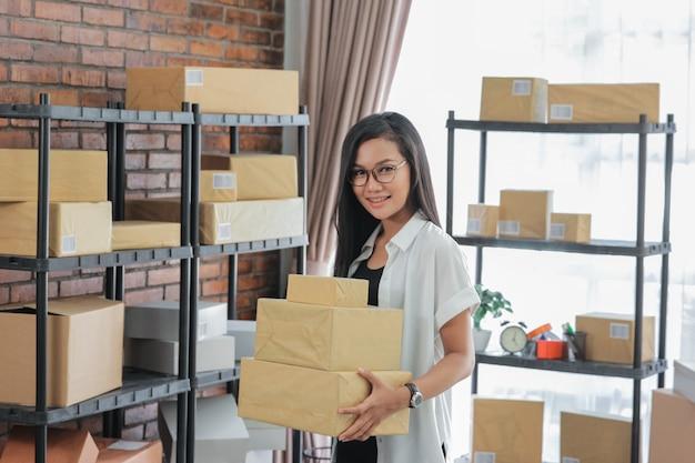 Женщина онлайн продавец в своем офисе