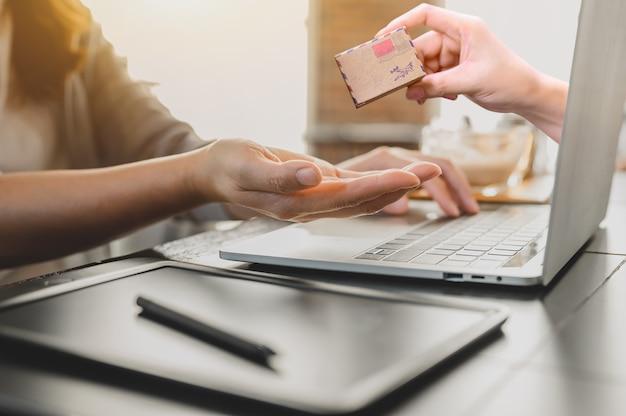 Женщина интернет-магазины и концепция доставки на дом. социальное дистанцирование и новый нормальный повседневный образ жизни.