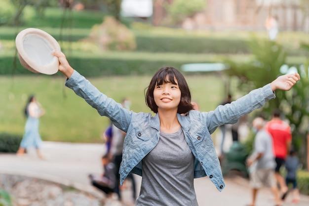 Женщина с открытой рукой наслаждается и счастлива для путешествия в отпуск