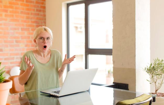 Женщина с открытым ртом изумленная, шокированная и изумленная невероятным сюрпризом.
