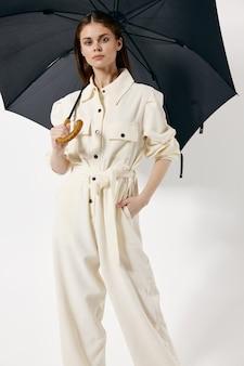 女性オープン傘白いスーツファッションモダンなスタイル