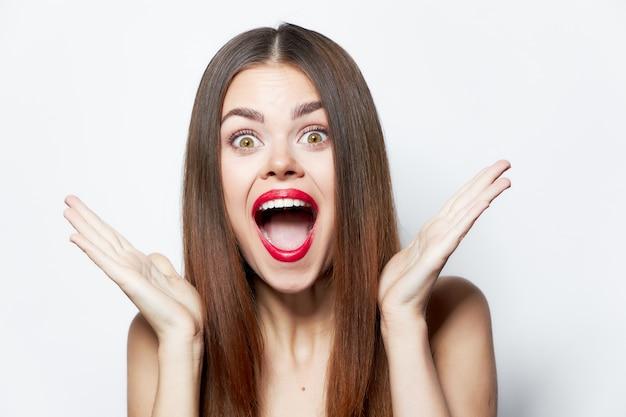 Женщина широко открыла рот от удивления красные губы