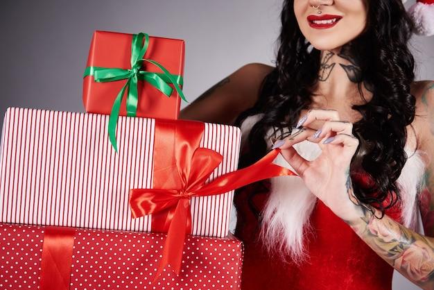 Женщина, открывающая рождественский подарок