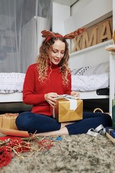 クリスマスプレゼントを開く女