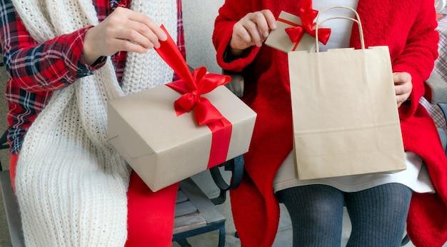 Женщина открытия подарка накануне праздников рождества и нового года