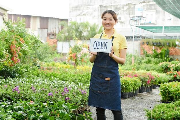 Женщина открывает питомник растений