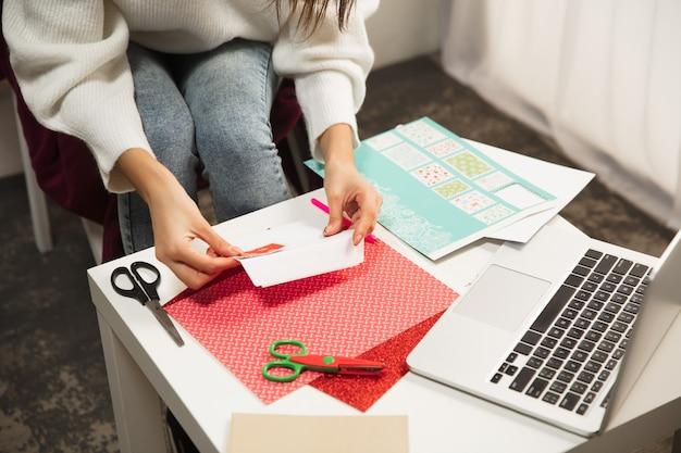 友達から新年とクリスマス202のグリーティングカードを受け取る女性を開きます