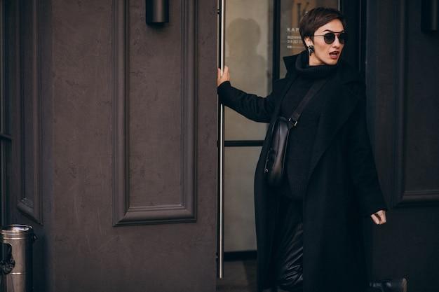 Женщина, открывающая дверь в кафетерий