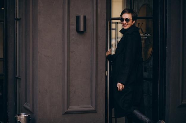 カフェテリアにドアを開ける女性