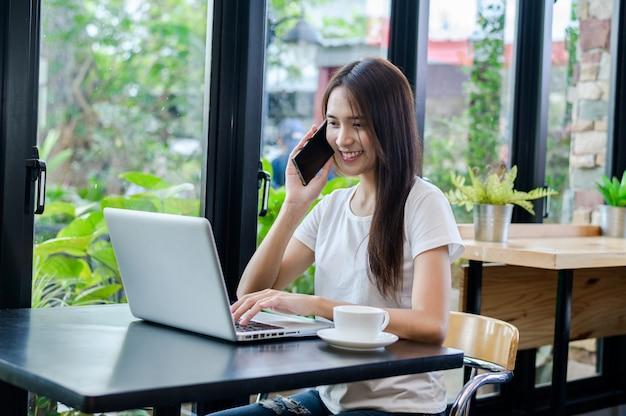 コンピューターを机の上で笑顔の女性や幸せな学生