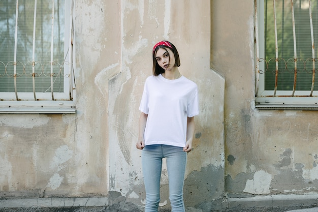 白い空白のtシャツを着ている女性または女の子