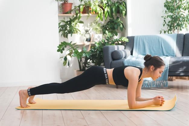 필라테스 또는 균형 및 복근 운동을하는 여성 또는 십대 소녀