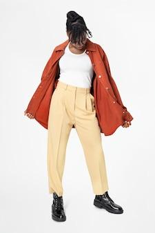 Donna in giacca oversize arancione abbigliamento street style full body