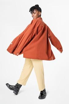 Donna in giacca oversize arancione abbigliamento street style vista posteriore