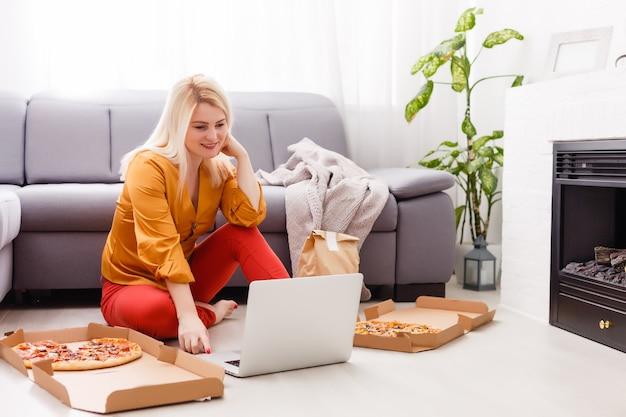 検疫中に自宅でピザを注文する女性