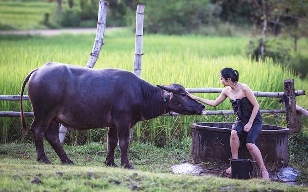 Женщина купание на открытом воздухе, в сельской местности таиланда