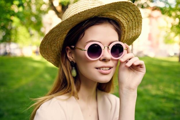 女性アウトドアウォークファッション夏のライフスタイル