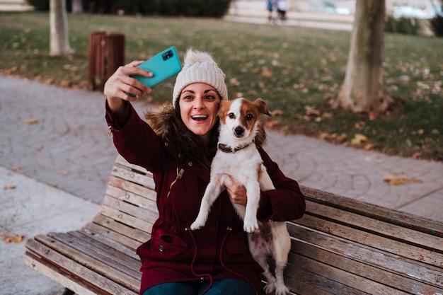 ジャックラッセル犬と屋外の女性