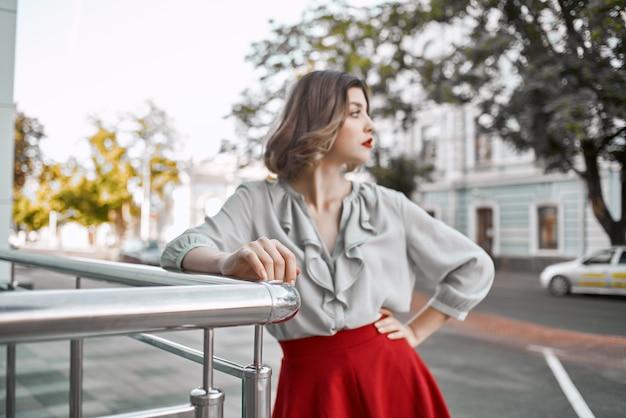 女性の屋外の魅力的な外観のファッションストリートスタイル