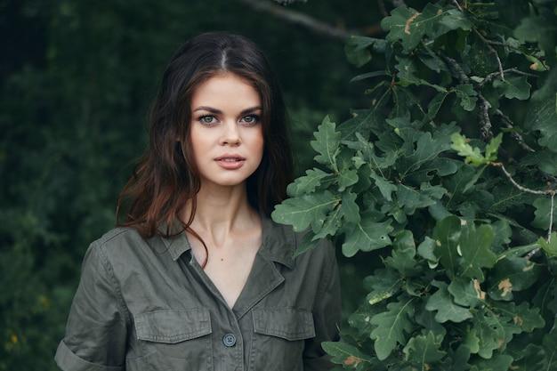 여자 야외 매력적인 모습 녹색 잎 신선한 공기 여름 자른보기