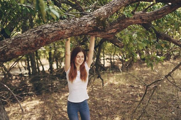 나무 자연에 의해 야외에서 여자 라이프 스타일 여름입니다. 고품질 사진