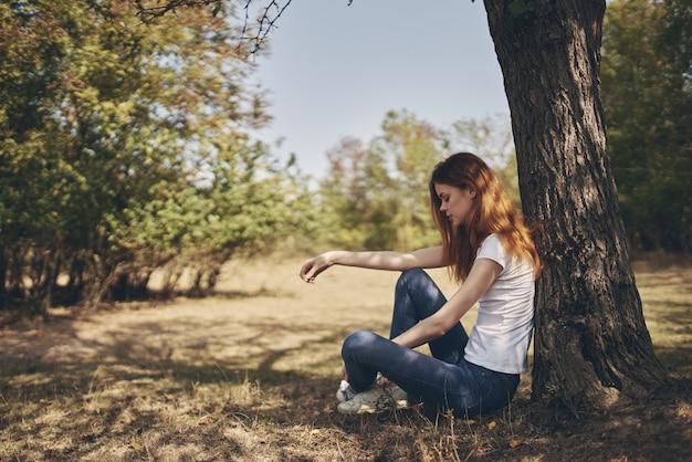 木の自然のライフスタイルの夏の屋外の女性