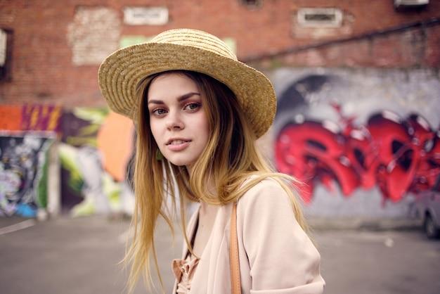 街歩き旅行落書きライフスタイルの屋外の女性。