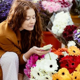 꽃의 부케와 함께 봄에 야외에서 여자