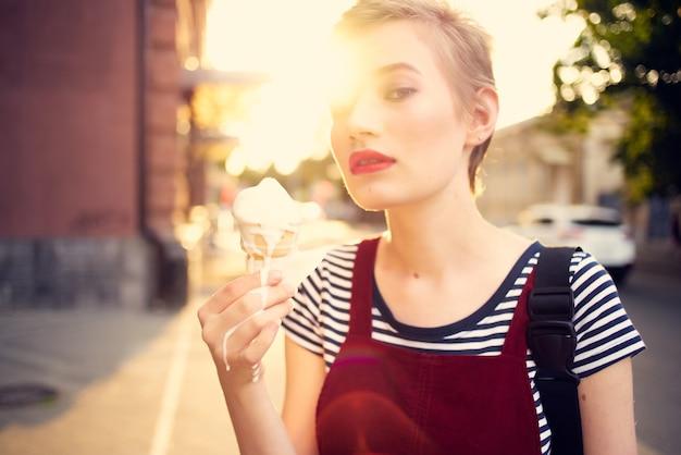 アイスクリームの休暇を食べる夏の屋外の女性。高品質の写真